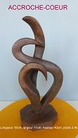 Sculpture abstraite en stéatite, de couleur bois , très élancée, nommée `Accroche coeur`