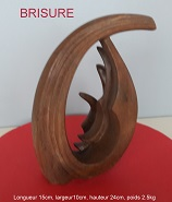 sculpture abstraite en stéatite de couleur brune, nommée `brisure`en raison de son aspect morcelée