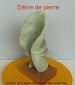 Sculpture abstraite en stéatite , de couleur vert bouteille, nommée ` délire de pierre` car elle ne m`a laissé que très peu d`initiatives personnelles