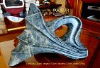 photo d`une sculpture en st�atite de couleur anthracite, mouchet�e de roux , nomm�e pudeur