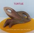 Sculpture abstraite en stéatite de couleur bois, nommée `tortue` en raison d`une vague ressemblance avec l`animal